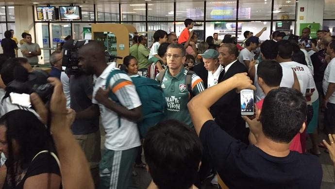 Jogadores foram cercados e receberam o carinho da torcida (Foto: Flávia Araújo)