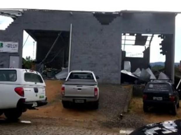 Rodeio teve destelhamentos, quedas de árvores e desabamentos. (Foto: Reprodução/RBS TV)
