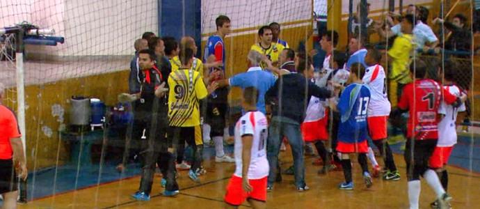 Técnico Marcelo Duarte evita gol em partida de futsal Itirapina x Porto Ferreira (Foto: Wilson Aiello / EPTV)