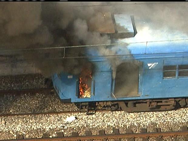 Composição pegou fogo no entorno da estação Quintino (Foto: Reprodução/TV Globo)