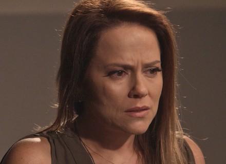 Lili procura Jacaré para falar de Sofia e é atacada pelo bandido