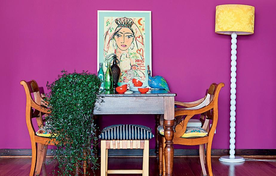 Depois de uma viagem inspiradora à Europa, a designer Audrey Ammar voltou com vontade de mudar de casa. Na dúvida, reformou seu apartamento e sentiu que precisava de uma cor energética. Chegou ao fúcsia, aplicado na parede da sala de jantar