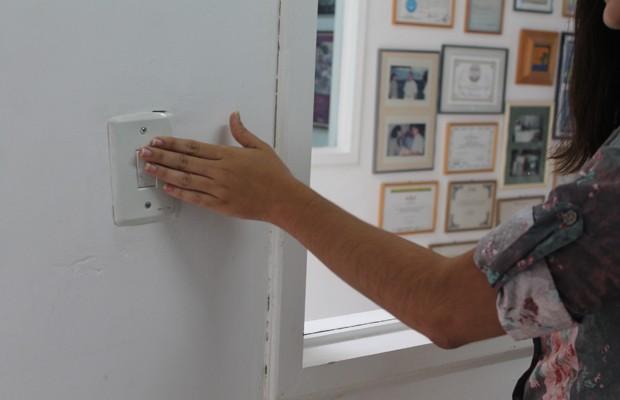 Os funcionários são orientados a apagarem as luzes após quando sairem de um local (Foto: Gabriela Canário)