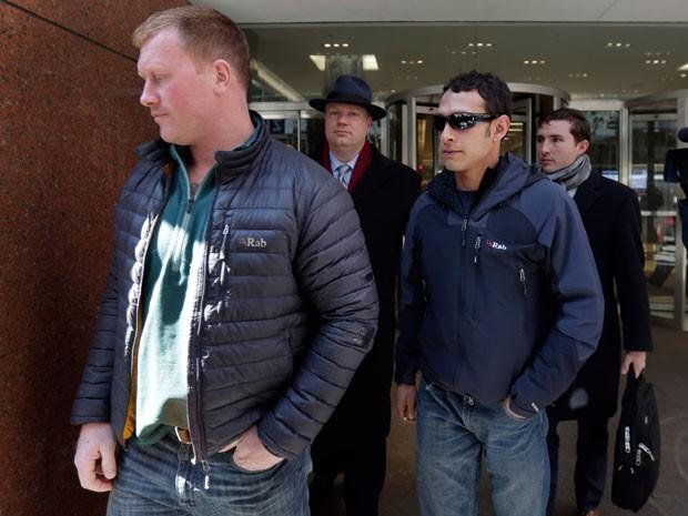 James Brady e Andrew Rossig foram presos em Nova York depois de saltarem de paraquedas do alto do novo WTC (Foto: Richard Drew/AP)