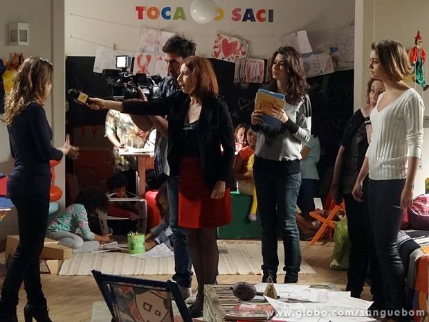 Malu diz que Amora vai fazer leilão de sapatos (Foto: Sangue Bom/TV Globo)