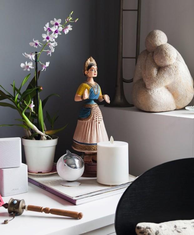 Na sala, a boneca indiana balança a cabeça e chama atenção para este canto com algumas lembranças inesquecíveis (Foto: Lufe Gomes / Editora Globo)