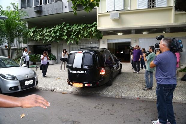 Corpo de José Wilker deixa apartamento  (Foto: Jc pereira e Sa Barreto/Agnews)