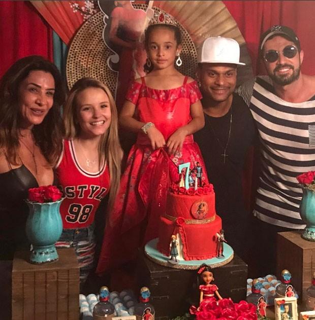 Scheila Carvalho, Giulia e Tony Salles com Latino e Larissa Manoela (Foto: Reprodução)