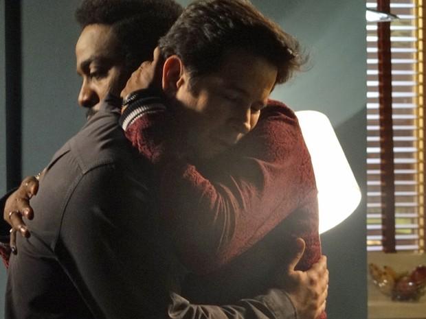 Jonas encontra conforto no abraço do amigo (Foto: Geração Brasil/ TV Globo)