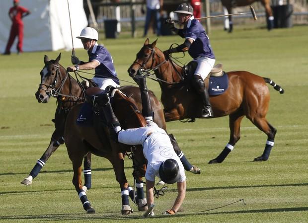 Principe Harry cai do cavalo durante partida de pólo na África do Sul (Foto: Reuters)