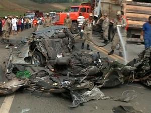 Carro ficou totalmente achatado devido ao acidente (Foto: Reprodução/TV Gazeta)