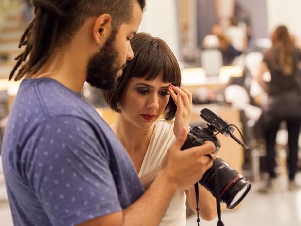 Perfeccionista, atriz dá uma olhada no vídeo que acaba de gravar (Foto: Fabiano Battaglin/Gshow)