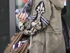 Vanessa Hudgens sofre com frio ao chegar em aeroporto de Roma