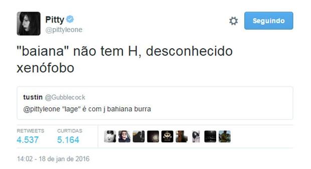Pitty escorrega no português é chamada de burra e rebate: 'Xenófobo'