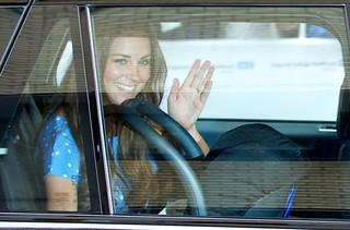 Kate Middleton deixa a maternidade (Foto: Agência AFP)