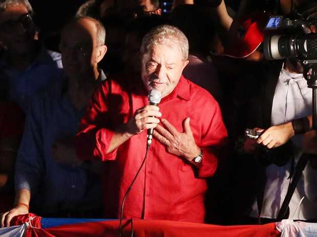 O ex-presidente Luiz Inácio Lula da Silva discursa durante o ato convocado por centrais sindicais, partidos que apoiam o governo e movimentos sociais em defesa da democracia na Avenida Paulista, em São Paulo (Foto: Alex Silva/Estadão Conteúdo)