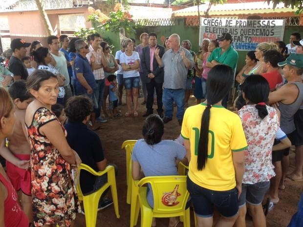 Cerca de 30 moradores se reuniram com secretário na manhã desta quarta (3) para cobrar melhorias (Foto: Ísis Capistrano/ G1)