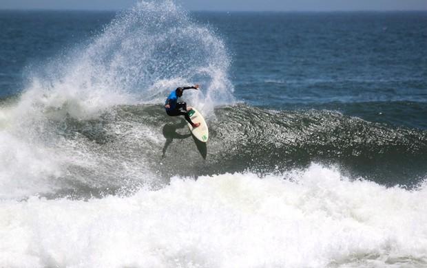 Marcos Monteiro nas ondas de Itaúna em Saquarema (Foto: Gibão/Divulgação)