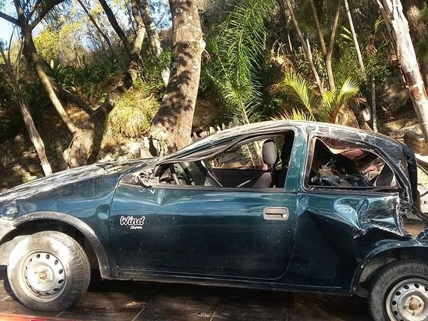 Carro estava saindo de um trevo em Oliveira (Foto: Marcelo Praxedes/Rádio Sociedade)