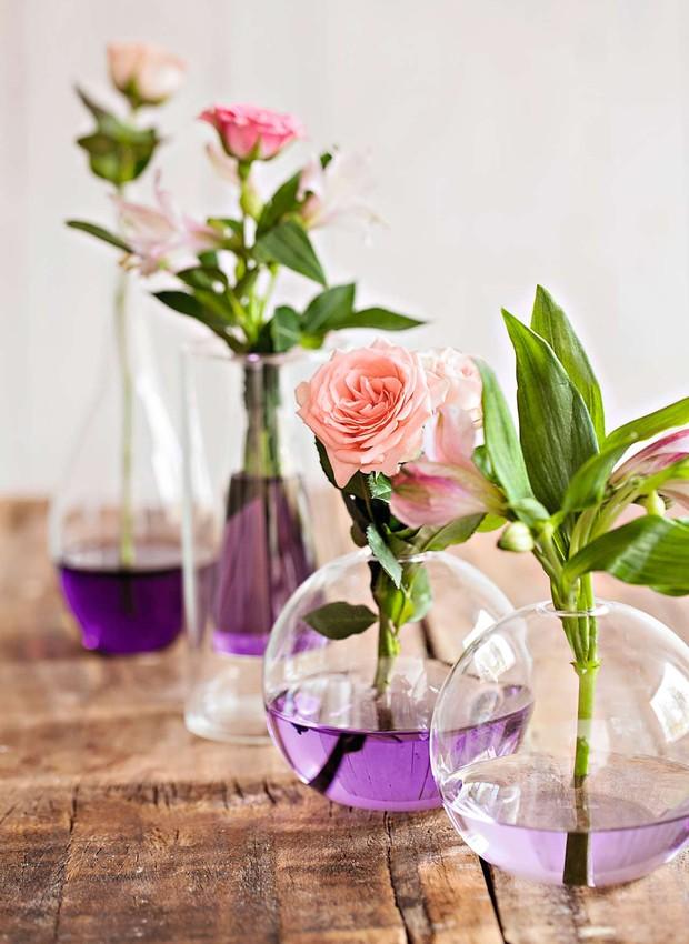 Cansou dos mesmos vasos e arranjos? Pingue gotas de corante na água de vasos transparentes para ter uma decoração delicada. Você pode dosar a concentração de cor para um efeito degrade ou combinar com o tom das flores para um visual monocromático.  (Foto: Elisa Correa/Editora Globo)