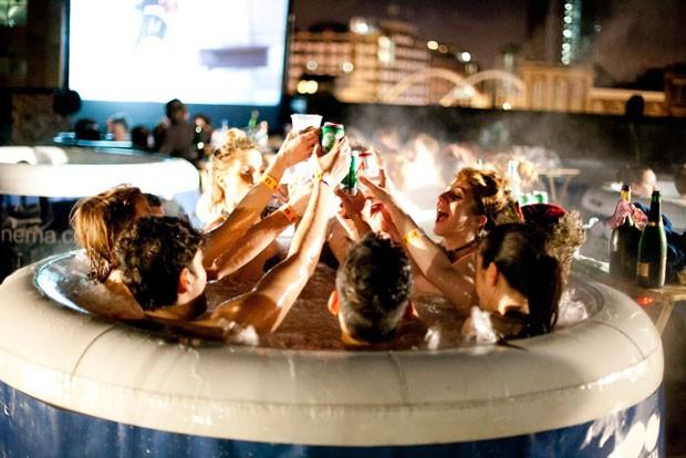 Organizadores encorajam interação do público entre si e com o filme (Foto: Hot Tub Cinema/Divulgação)