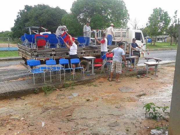 Caminhão chega à casa do Prefeito para deixar móveis escolares (Foto: Divulgação/Arquivo Pessoal)