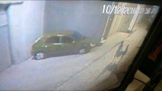 Suspeitas levam saco ao saírem da casa de idoso esquartejado; veja vídeo