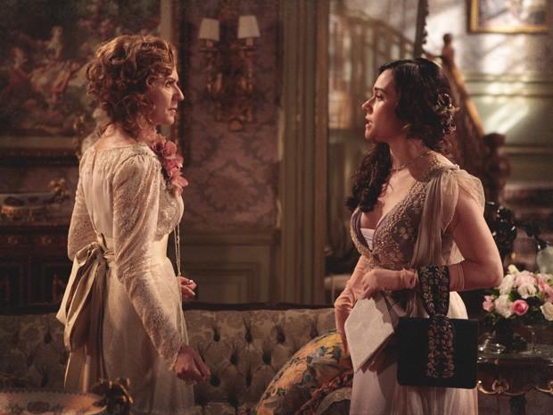 Catarina também irrita Constância, ao sair por cima após vaias no teatro (Foto: Lado a Lado/TV Globo)