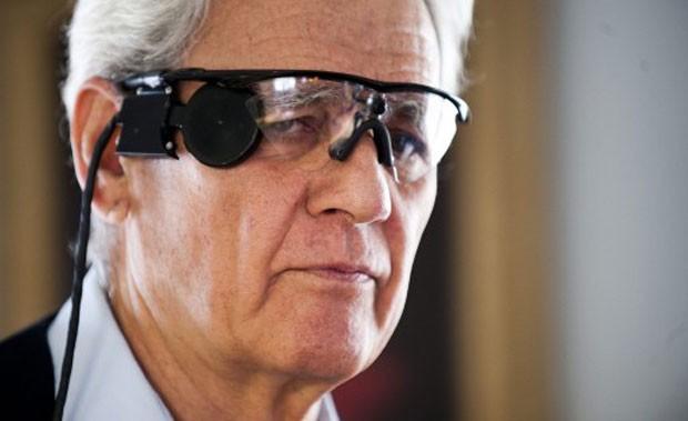 """Imagem de arquivo mostra Elias Konstantopoulos usando óculos que possibilitam um """"olhar biônico"""" no laboratório do Centro de Reabilitação e Pesquisa Lions Vision, em Baltimore, nos Estados Unidos (Foto: Jim Watson/AFP)"""