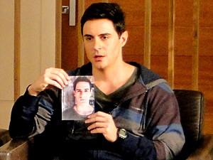 Inácio mostra uma foto sua antes da cirurgia (Foto: Cheias de Charme / TV Globo)