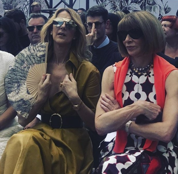 Feeling the heat in her mustard leather dress - Céline Dion with Anna Wintour front row at Dior haute couture in #paris (Foto: @suzymenkesvogue)