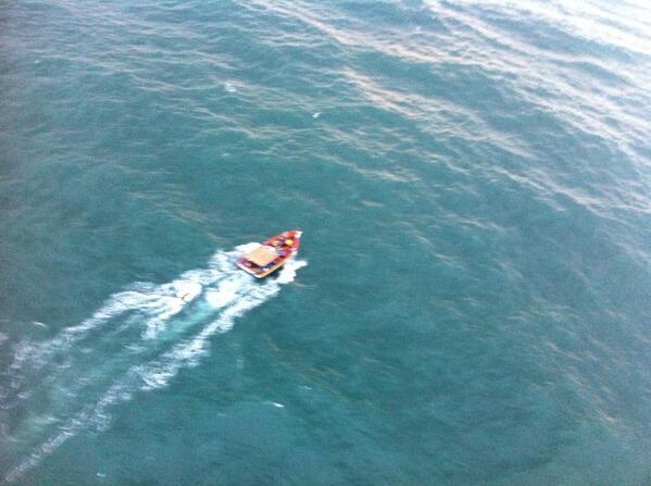 Barco do Corpo de Bombeiros resgatou tripulantes (Foto: Arcanjo/Divulgação)