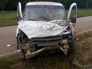 Motorista da ambulância saiu ileso de acidente (Foto: Divulgação/Polícia Rodoviária de Itapeva)