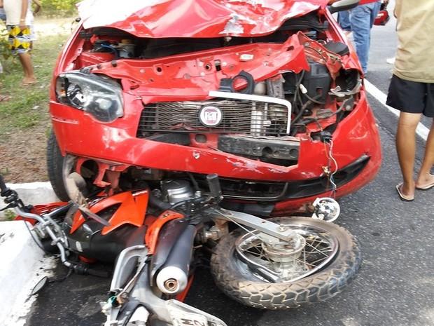 Carro parcialmente destruído ficou em cima da moto (Foto: Silvio Vieira/CliquePiripiri)