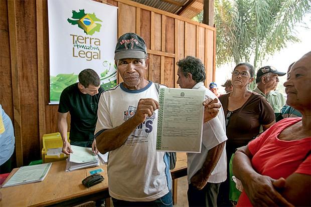 ATRASO Entrega de títulos de terra a agricultores em Porto Velho, Rondônia. Depois de cinco anos, o programa só regularizou 15% das terras que planejava legalizar (Foto: Naiara Pontes/MDA)