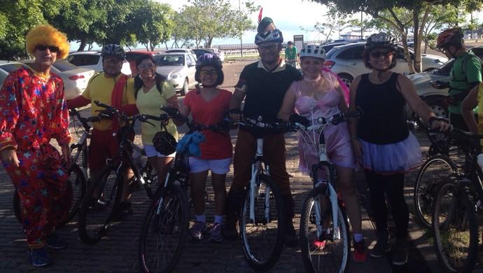 Passio à fantasia reúne ciclistas na segunda de carnaval no AP (Foto: Rafael Moreira/GE-AP)