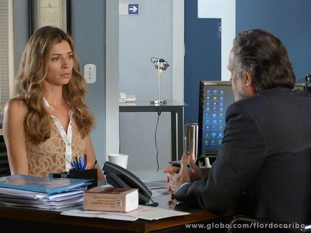 Ester cede à pressão e mente em depoimento (Foto: Flor do Caribe / TV Globo)