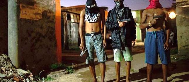 Traficantes posam com pistolas em punho (Foto: Felipe Dana / AP)