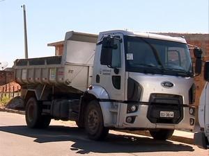 Caminhão da Prefeitura de Pirapozinho foi recuperado nesta segunda-feira (31) (Foto: Reprodução/TV Fronteira)