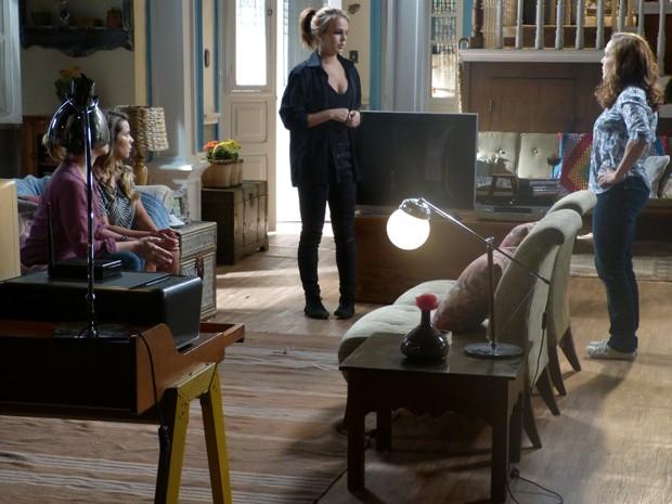 Anita tenta se explicar pra mãe  (Foto: Malhação / TV Globo)