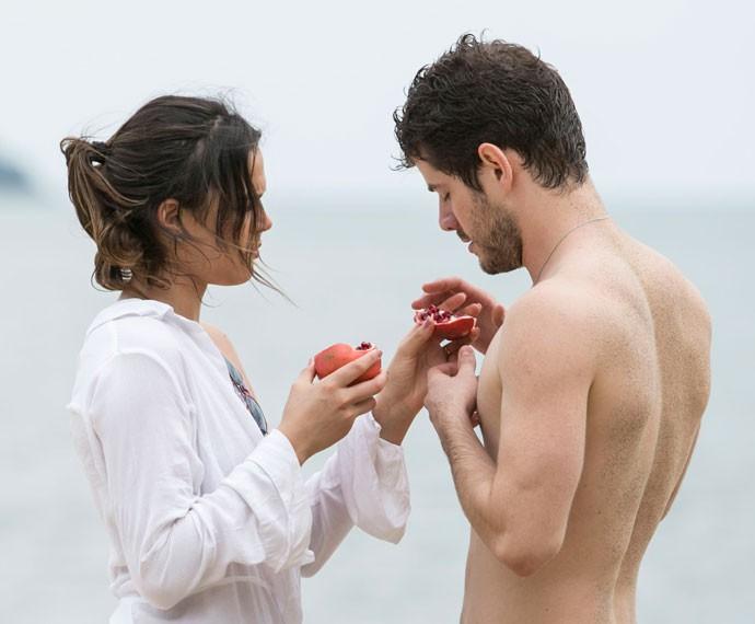 Mari ensina simpatia com romã ao amado (Foto: Raphael Dias/Gshow)