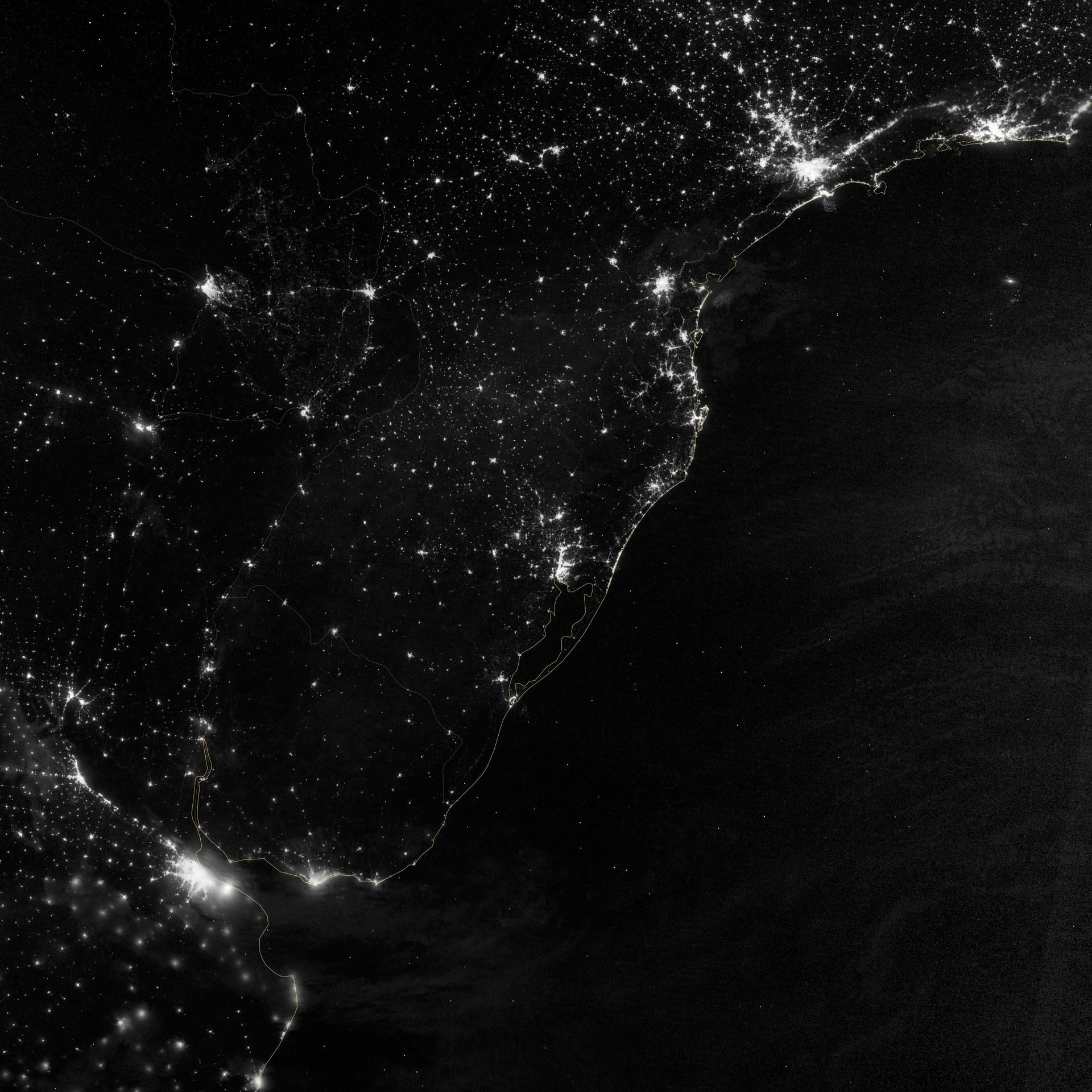 São Paulo e Rio de Janeiro estão no canto superior direito da imagem. Buenos Aires está no canto inferior esquerdo (Foto: NASA Earth Observatory/NOAA-NGDC)