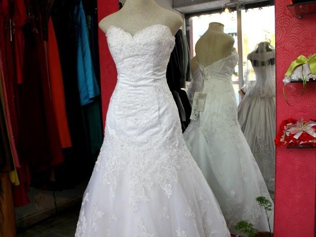 Modelo 'tomara-que-caia' dá mais conforto à noiva (Foto: Marcos Dantas / G1 AM)