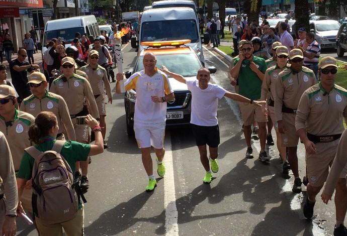 Vanderlei Cordeiro de Lima tocha olímpica Maringá (Foto: Pedro Veríssimo)