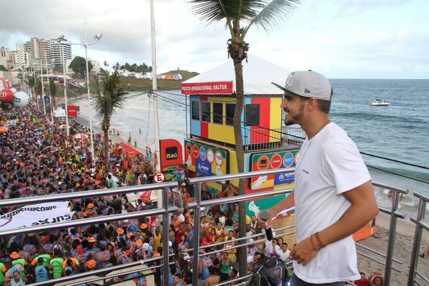 Caio Castro cantando com Alinne Rosa em Salvador (Foto: Dilson Silva / Agnews)