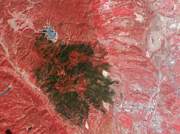 Imagem do satélite Terra, da Nasa, divulgada nesta quinta-feira (5), feita pelo instrumento ASTER (Advanced Spaceborne Thermal Emission and Reflection Radiometer), mostra os estragos provocados até a véspera pelos incêndios florestais no cânion Waldo, em  (Foto: AFP PHOTO / NASA)