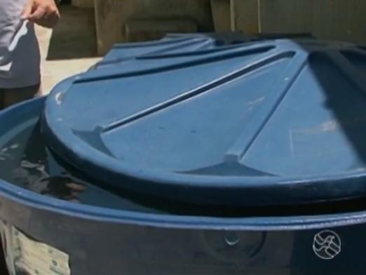Repórter Franklin Portugal mostra os riscos de armazenar água incorretamente (Foto: Reprodução / TV Asa Branca)