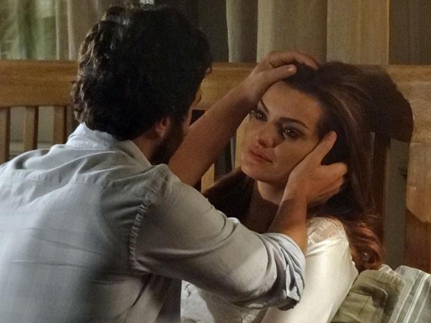 Rodrigo cai na conversa da falsa Elisa e tenta confortá-la (Foto: Amor Eterno Amor/TV Globo)