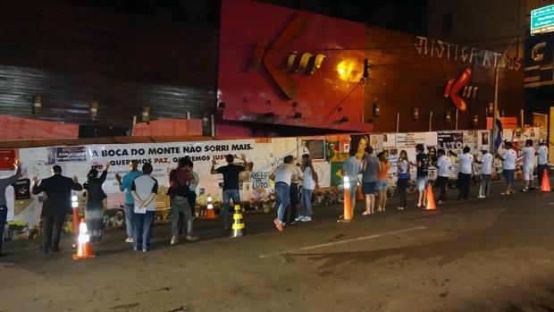 Cerca de 100 jovens fizeram vigília pelas 238 vítimas de incêndio na boate Kiss (Foto: Felipe Truda/G1)