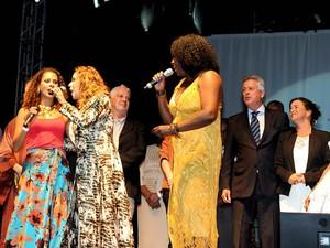 As cantoras Renata Jambeiro, Daniella Mercury e Dhi Ribeiro cantam em ato pela paz pela chegada da tocha olímpica em Brasília (Foto: Renato Araújo/Agência Brasília)
